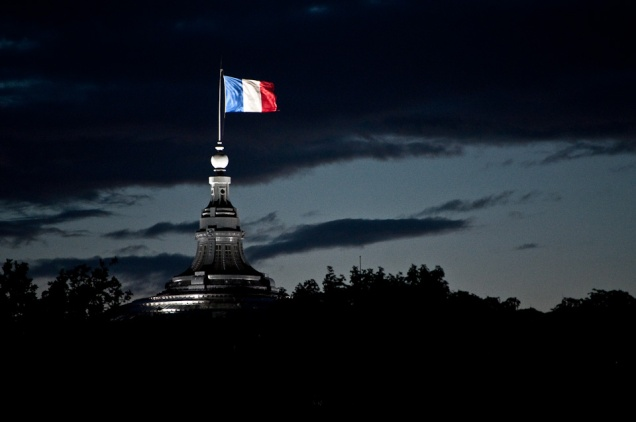 flickr_-_whiternoise_-_french_flag_flying (1)